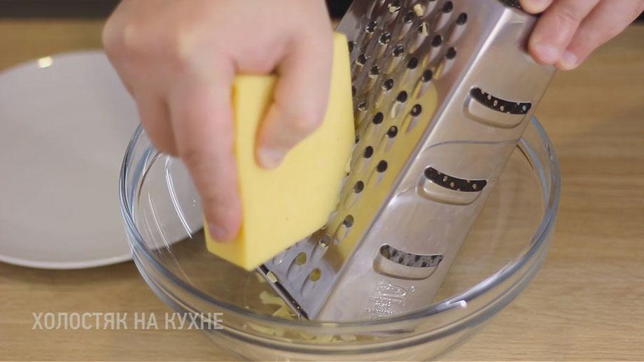 натирание сыра на крупной терке