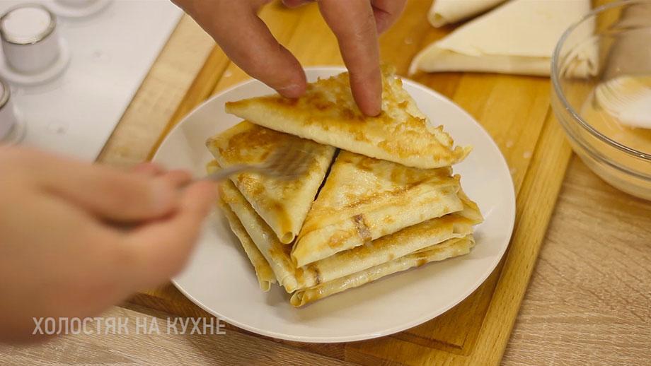 выкладывание треугольников из лаваша на тарелку