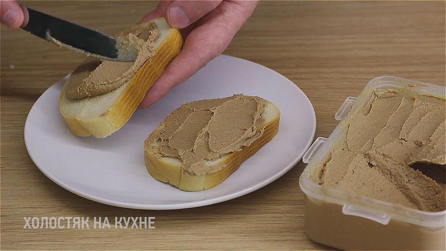 намазывание паштета на хлеб