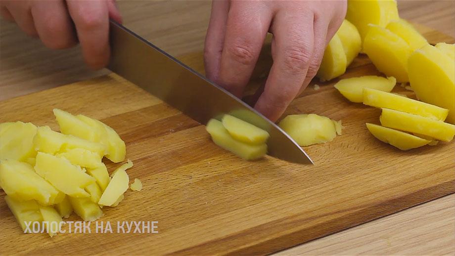 нарезка отварного картофеля брусочками
