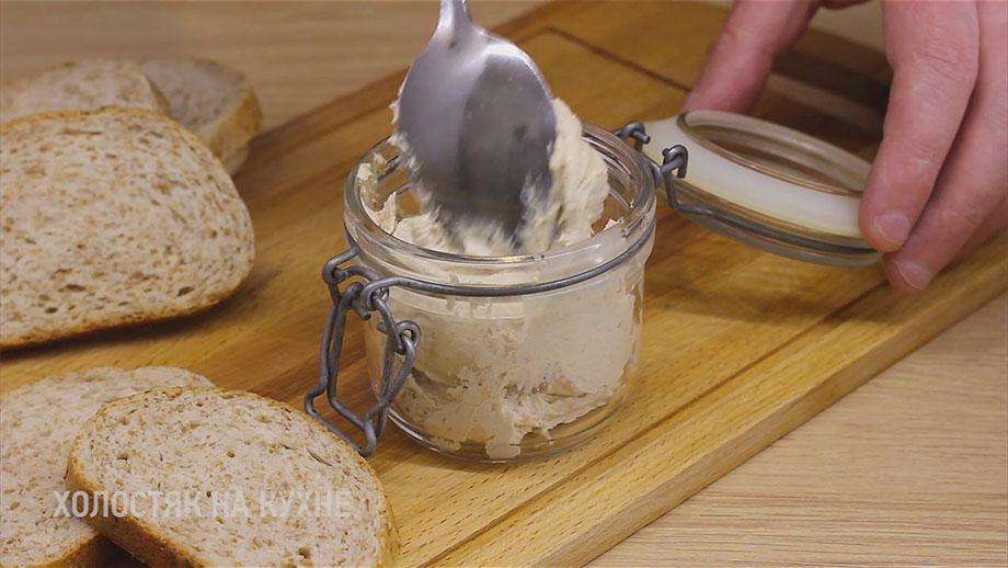 перекладывание селедочного масла в посуду для хранения