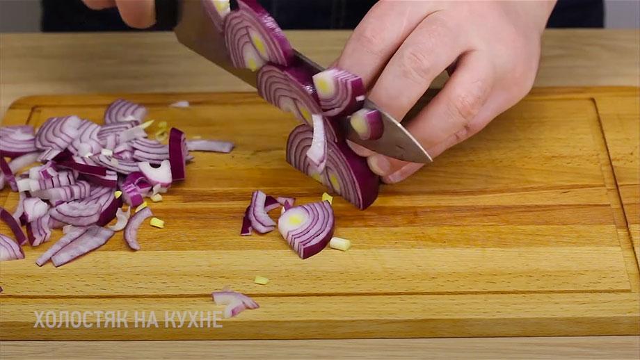 Нарезка лука для картофельного салата с квашеной капустой и зеленым горошком