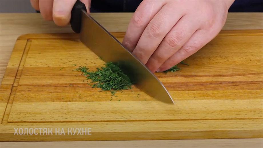Шинковка укропа для картофельного салата с квашеной капустой и зеленым горошком